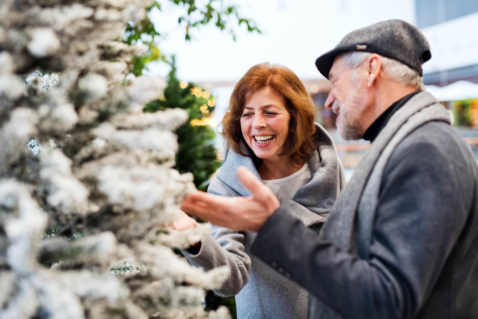 Eldre par som ser på Juletrær